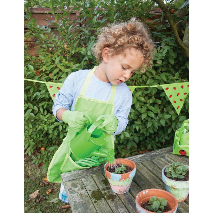 Záhradná zelená zástera s lienkou